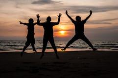 Sprong bij strand stock fotografie