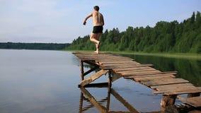 Sprong in het meer stock videobeelden