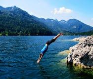 Sprong in het water royalty-vrije stock afbeeldingen