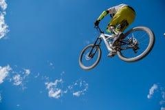 Sprong met de fiets stock fotografie