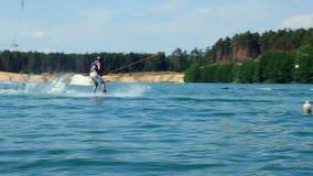 Sprong met kielzog-Raad in Kabelpark Wakeboarder het surfen Langzame Mo van het atletenwater stock video