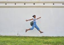 Sprong naast grote paleismuur Stock Afbeelding