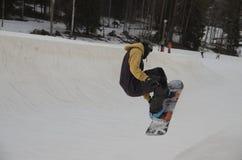 Sprong op een snowboard royalty-vrije stock fotografie