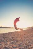 Sprong op strand Stock Fotografie