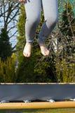 Sprong over de trampoline royalty-vrije stock foto's