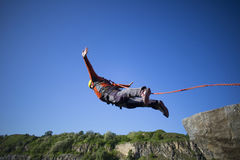 Sprong van een klip met een kabel Stock Foto's