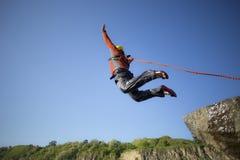 Sprong van een klip met een kabel Stock Foto
