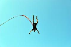 Sprong van een klip met een kabel Opgewekt meisje Royalty-vrije Stock Foto's