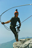 Sprong van een klip met een kabel Opgewekt meisje Stock Foto's