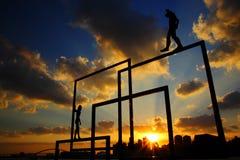 Sprong van geloof - in evenwicht brengende handeling - gang op rand stock fotografie