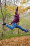 Sprong voor vreugde openlucht Stock Fotografie