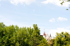 Sprookjehuis onder bomen Royalty-vrije Stock Foto's