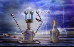 Sprookjemechanisme, machine om bliksem te vangen Mystiek apparaat met glasfles en dreigende hemel met bliksem royalty-vrije stock foto