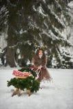 Sprookjemeisje Het portret een klein meisje in een hert kleedt zich met een geschilderd gezicht in de de winter bos Grote bruine  royalty-vrije stock foto's