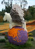 Sprookjepaard Pegasus met vleugels op het aarde bloemenontwerp Stock Foto's
