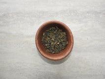 Sproszkowana zielona herbata w pucharze, odgórny widok obraz royalty free