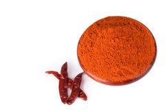 Sproszkowany wysuszony czerwony pieprz w drewnianym pucharze czerwonych chillies i zdjęcie royalty free