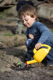 Sprout molhando do menino Foto de Stock Royalty Free