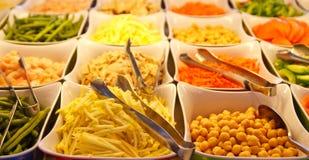 Sprouts e feijões do grão-de-bico na barra da salada fotos de stock