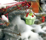 Spruce dekorerade toys Royaltyfria Foton