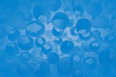 Sprucken äggmodell som färgrik blå bakgrund Den bästa sikten som är plan lägger, den selektiva fokusen arkivfoto