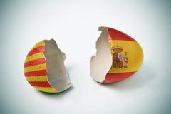 Sprucken äggskal med catalan- och spanjorflaggor Arkivbilder