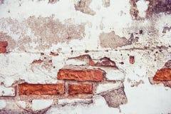 Sprucken betong- och grungetegelstenvägg Arkivfoton