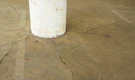 Sprucken betong på källareparkeringshus Fotografering för Bildbyråer