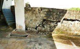 Sprucken betongvägg på källareparkeringshus arkivbild