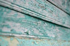 Sprucken blå målarfärg på det gråa trät royaltyfri bild