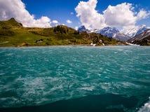 Sprucken fryst sjö, berg engelberg Arkivfoton