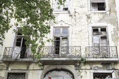 Sprucken gammal byggnad Arkivbild
