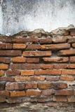 Sprucken gammal tegelstenvägg Arkivbilder