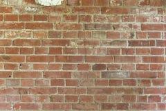 Sprucken gammal vägg för röd tegelsten Arkivfoto