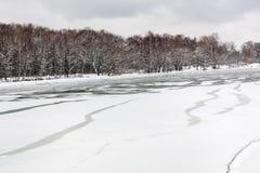Sprucken isyttersida av den djupfrysta floden Royaltyfri Bild