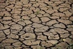 Sprucken jordbakgrund och tomt område för text, torkar jordning och varm yttersida av jordning i sommar, varmt omgivande runt om  Arkivbild
