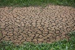 Sprucken jordbakgrund och tomt område för text, torkar jordning och varm yttersida av jordning i sommar, varmt omgivande runt om  Arkivfoton