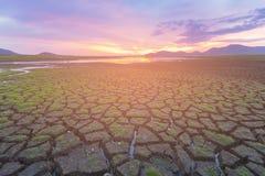 Sprucken jordhorisont med härlig solnedgångbakgrund Royaltyfria Foton