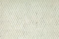 Sprucken och för skalning vit målad gammal vägg Arkivfoto