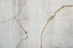 Sprucken och skadad betongväggdetalj och bakgrund royaltyfria bilder