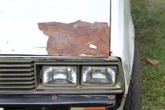 Sprucken och skalningsmålarfärg av en gammal bil Arkivbild