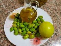 Sprucken oliv och citron på en platta arkivbild
