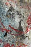 Sprucken skalad röd grå turkosmålarfärg på den gamla skadade väggen Royaltyfria Bilder
