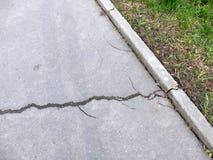 Sprucken trottoar Arkivbilder
