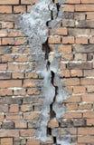 sprucken vägg för tegelsten Arkivbild