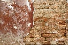 sprucken vägg Halva rappad tegelstenvägg mycket kopieringsutrymme Åldrig arkitekturdetalj Rappad halva för Grungetegelstenvägg Royaltyfria Foton