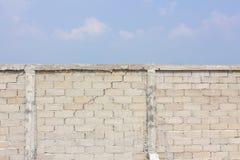 Sprucken vägg i bakgrunden av molnet och himmel fotografering för bildbyråer