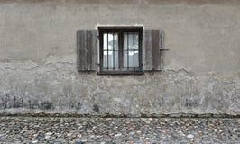 Sprucken vägg med det gamla träfönstret textur för sten för detalj för arkitekturbakgrundsclose upp Arkivbild