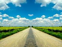 sprucken vägsky för blått molnigt land royaltyfri foto