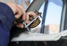 Sprucken vindruta för reparation arkivbilder